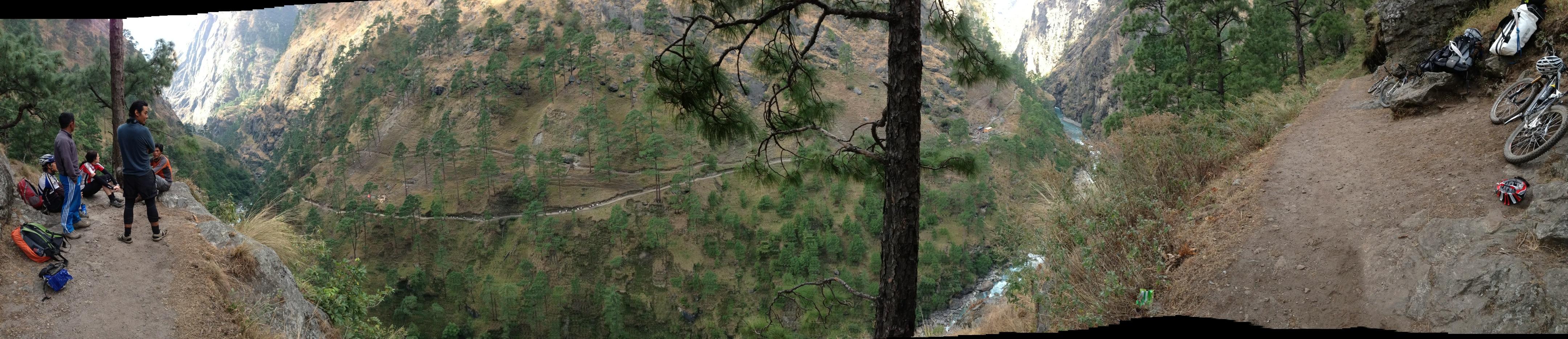 An der Verzweigung ins Tsum Valley - auf der gegenüberliegenden Talseite ist der Weg Richtung Larke La gut zu sehen