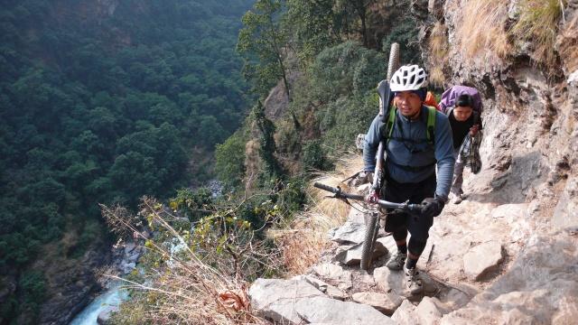 Trail hoch über dem Budhi Gandaki