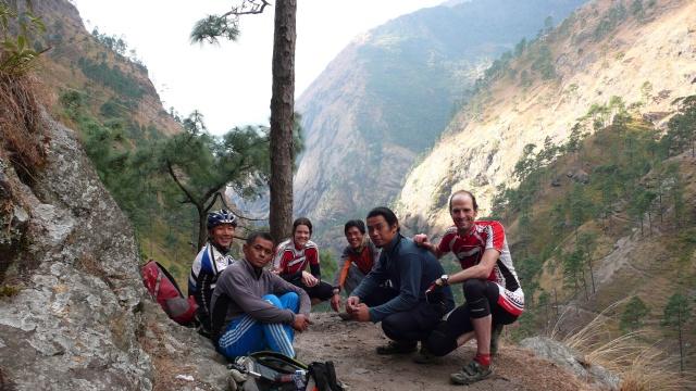 Unsere Crew (v.r.n.l.): Guide Santosh (Mitinhaber Himalayan Single Tracks), Porter Ratna (Trek- und Bikeguide), Chrige, Porter Sidi (8000er Bergrührer, kam gerade vom Makalu zurück), Guide Bimal (kam mit, weil er unseren Plan cool fand)