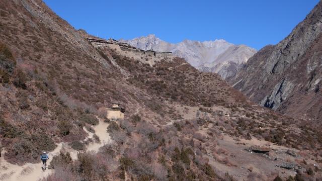 Hinauf zur Mu Gompa zuhinterst im Tsum Valley auf 3700 m.
