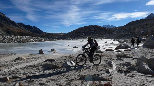Kurzer Fahrspass am Rande eines Eissees