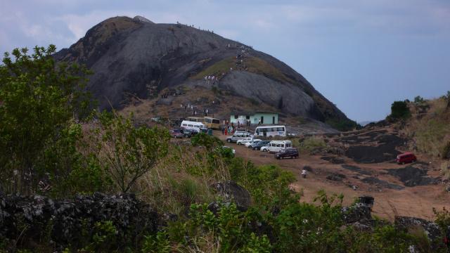 Es ist Weihnachten und viele Leute pilgern auf eine heilige Stätte oben auf dieser Felsformation