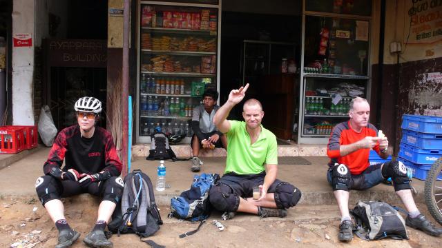 Teepause (Chrige, Chipis (hinten), Mike, Bruce)